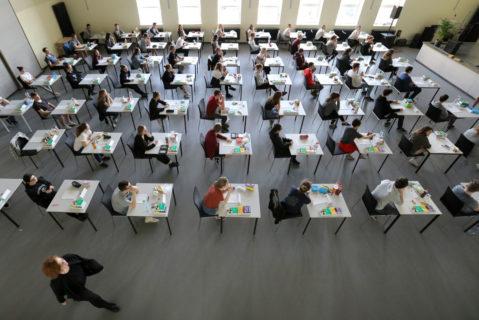 Abiturienten während einer Prüfung