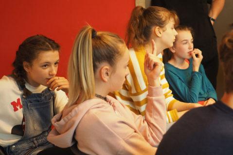 Beim jahrgangsgemischten Lernen lernen Schülerinnen und Schüler unterschiedlichster Jahrgänge miteinander und unterstützen sich gegenseitig.