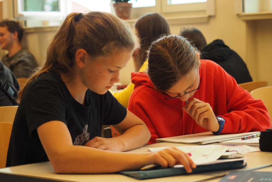 Die jüngeren Kinder lernen von den älteren. Diese profitieren, indem sie ihr Wissen vertiefen und methodische und soziale Kompetenzen ausbauen können.