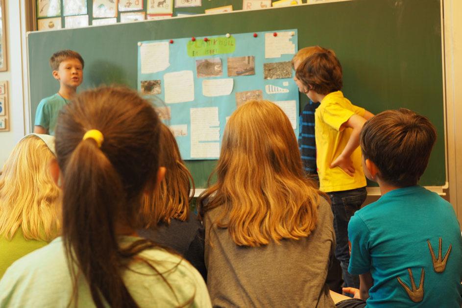 Durch das Lernen in altersgemischten Gruppen ist die Konkurrenz nicht so ausgeprägt, wie bei altershomogenen Lernumgebungen und die Kinder und Jugendlichen gehen offener miteinander um.