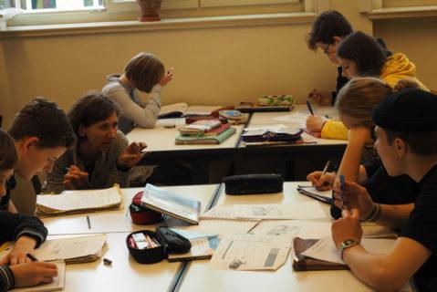 Die Lehrkräfte stehen den Kindern und Jugendlichen unterstützend zur Seite, allerdings nicht in der Rolle der Anleiter, sondern als Lernbegleiter.