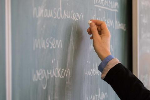 Lehrerin schreibt an Tafel