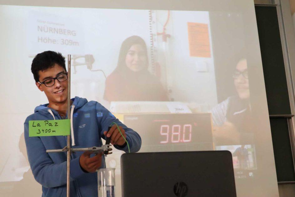 Schülerinnen und Schüler führen Experimente in Kooperationen durch.