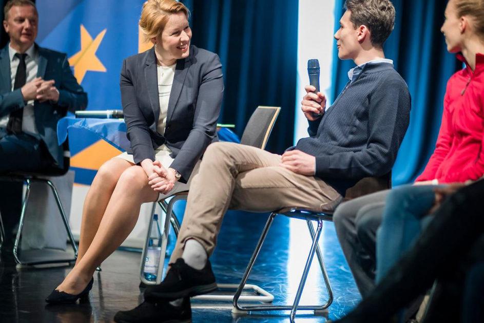 Giffey diskutiert mit Schülern zur EU