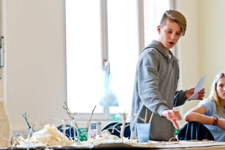 Ein Schüler experimentiert im Projektraum der Jeetzeschule.
