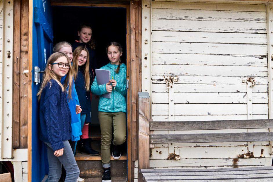 Schülerinnen vor einem Gebäude der Jeetzeschule Salzwedel.