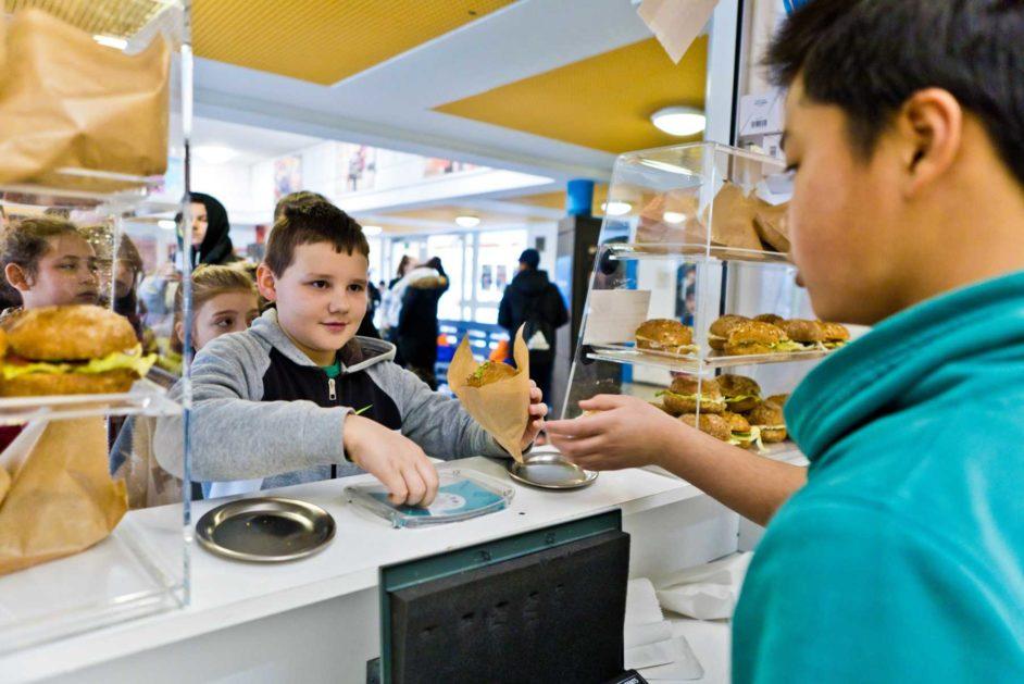 Ein Schüler kauft ein belegtes Brötchen in der Cafeteria der Eichendorffschule Erlangen.