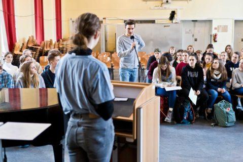Ein Schüler trägt im Schülerparlament der Schiller-Schule Bochum etwas vor.