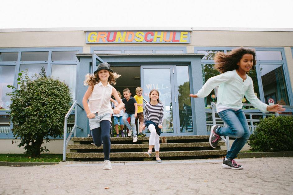 Grundschulkinder stürmen auf den Schulhof