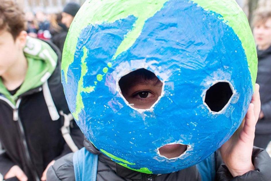 Kind trägt Welt-Maske