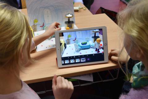 Schülerinnen am Tabletcomputer