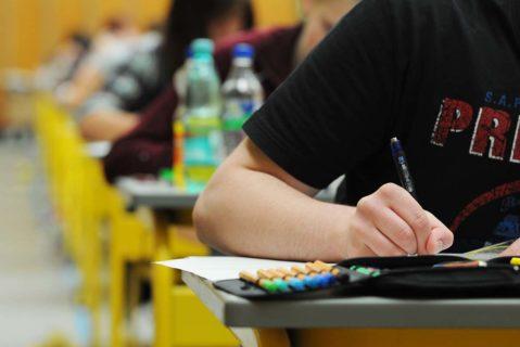 Schüler schreiben eine schriftliche Abiturprüfung