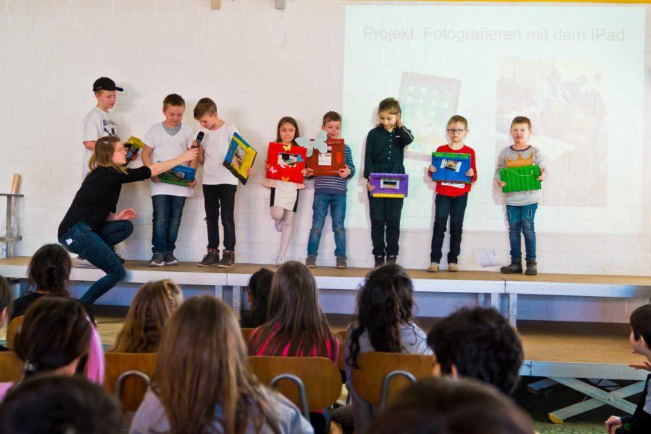 Bei der Versammlung werden Schülerinnen und Schüler für individuelle Leistungen ausgezeichnet.