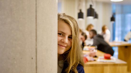 """Auf dem großzügig gestalteten offenen """"Marktplatz"""" treffen sich die Lernpartnerinnen und -partner, wie die Schülerinnen und Schüler hier genannt werden, um gemeinsam in kleinen Gruppen zu lernen."""