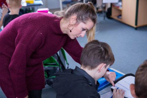 Katja Stolz unterrichtet an der Meusebach-Grundschule Mathematik und Kunst. Im Rahmen des Entwicklungsprogrammes wird sie sich als sogenannter Peer eine Hamburger Grundschule genauer ansehen.