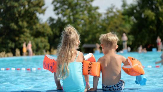 Der Kinderschutzbund Schleswig-Holstein spricht sich für den freien Eintritt in Freibädern in den Sommerferien aus.