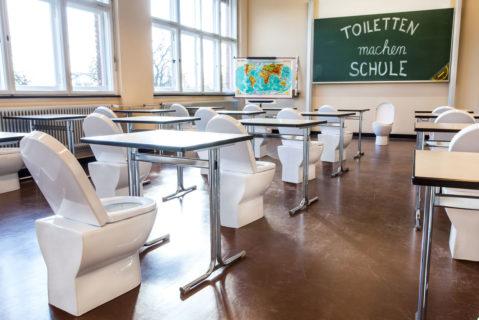 Toiletten als Stühle im Klassenzimmer