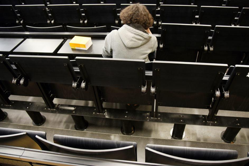 einzelne Studentin im Hörsaal