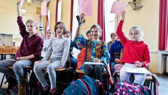 An der Schiller-Schule Bochum dürfen die Schülerinnen und Schüler mitbestimmen und -gestalten. Im Parlament diskutieren sie wichtige Entscheidungen.