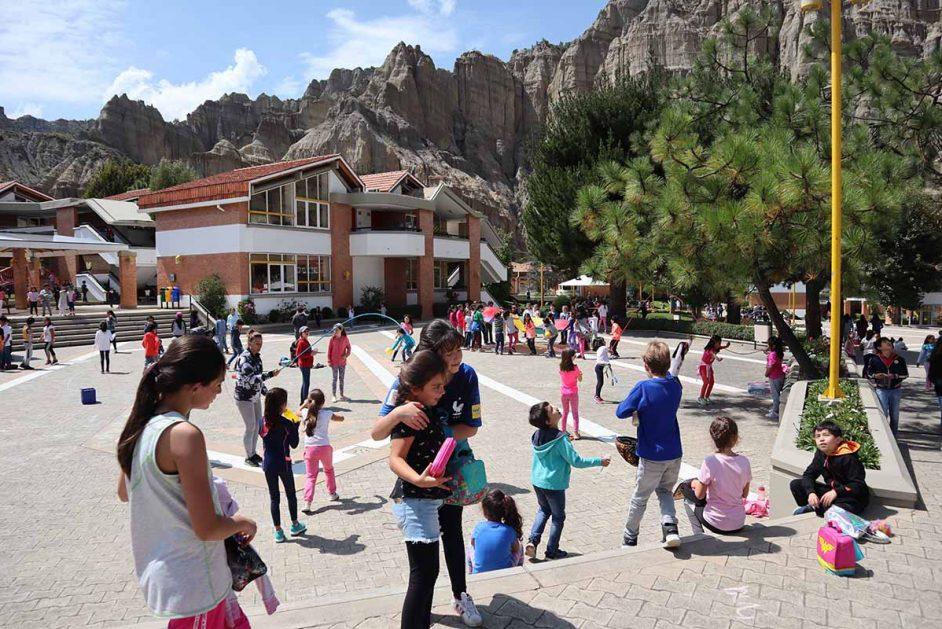 Kinder vor der Schule Mariscal Braun, Berge im Hintergrund