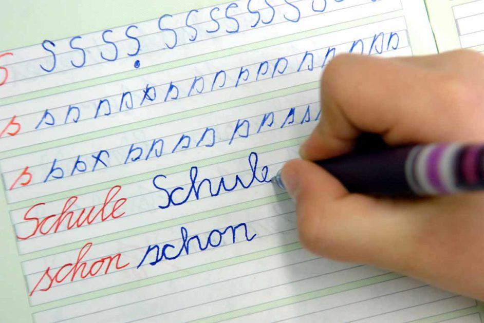 Ein Kind übt die Schreibschrift