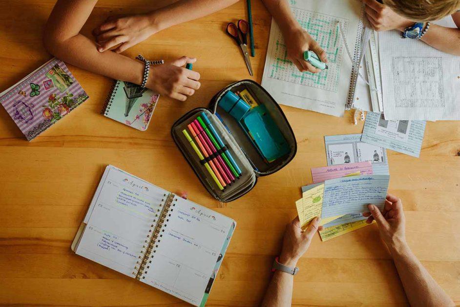 Hausaufgaben auf einem Tisch ausgebreitet