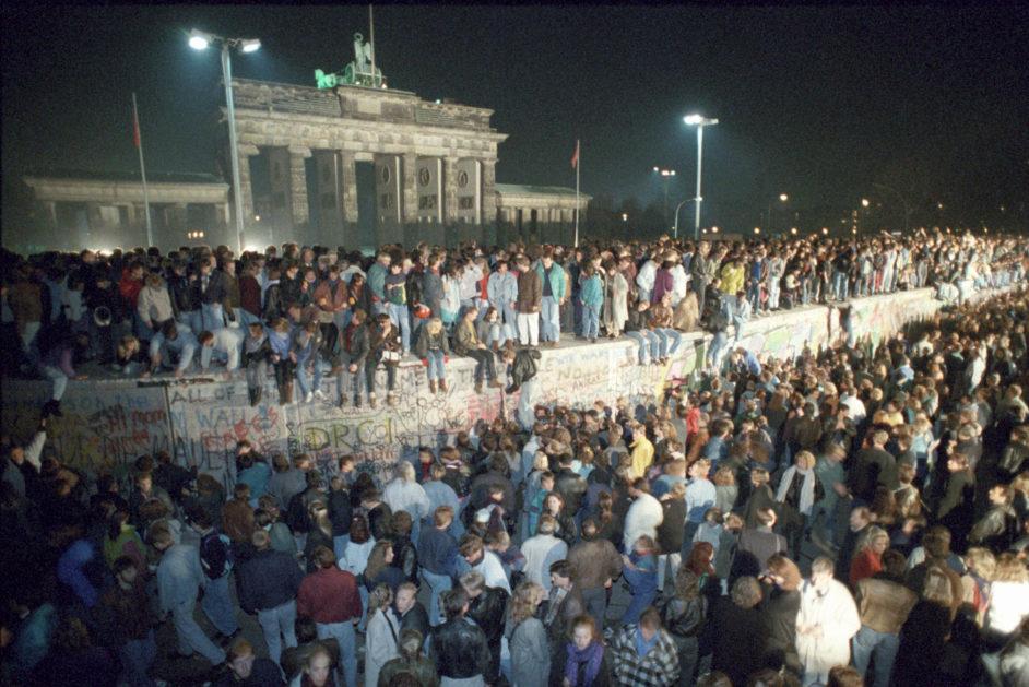 Menschen auf der Mauer Berlin