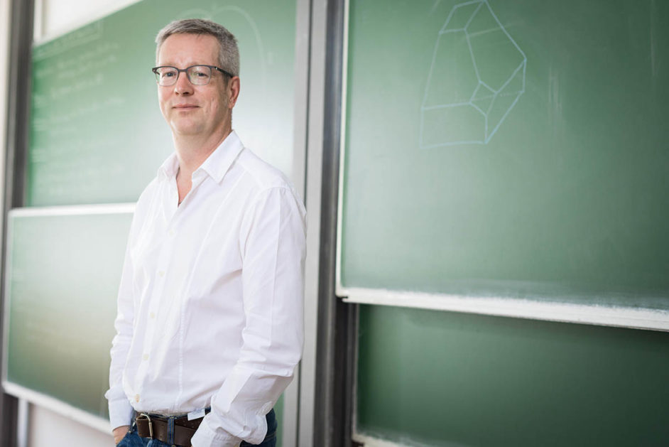 FU-Präsident Günter Ziegler, Professor für Mathematik, vor Tafel