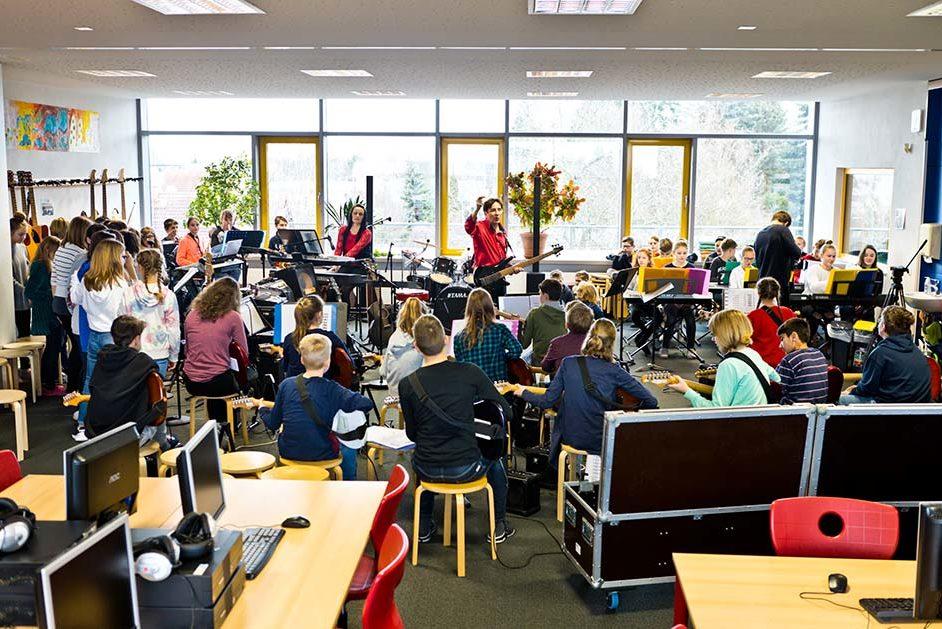 Schülerinnen und Schüler der Moritz-Schule in Sachsen spielen gemeinsam in einer Band.