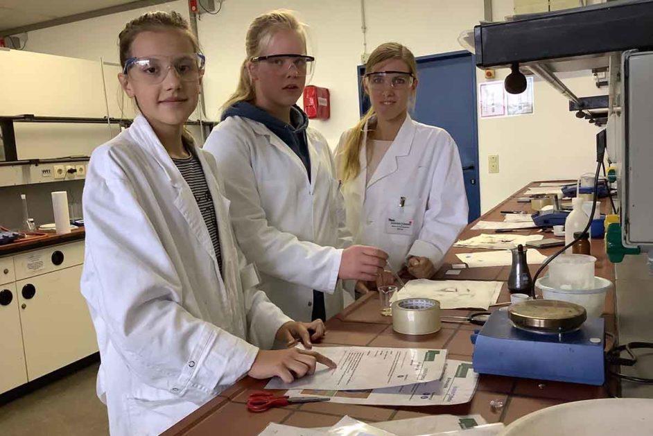 Schülerinnen und Studentin im Schülerlabor