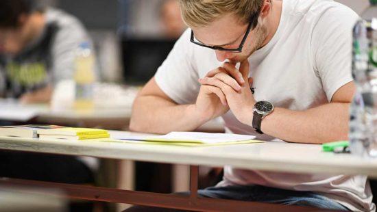 Schüler im Abitur bei einer Klausur