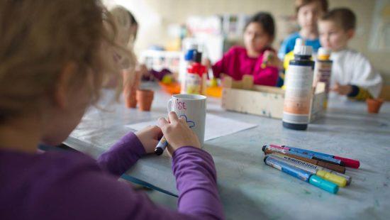 Kinder basteln im Schulhort