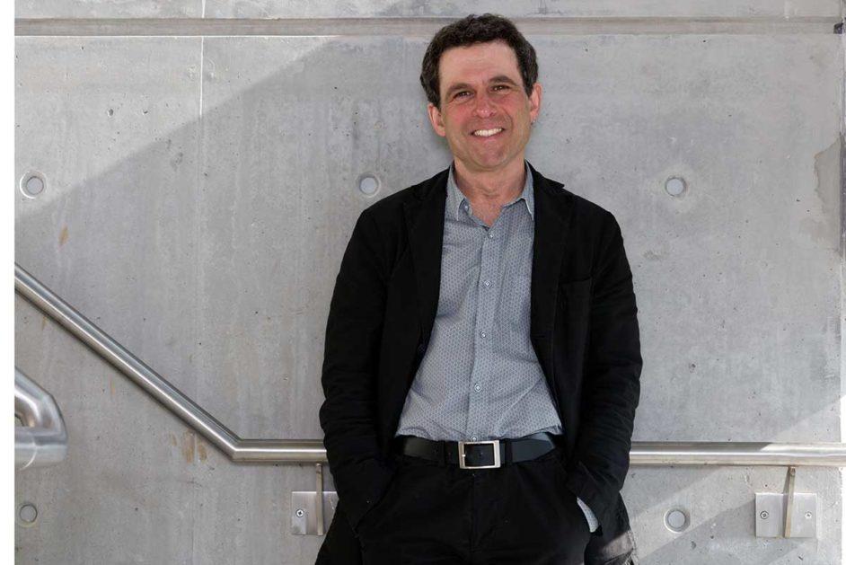 Joel Westheimer vor einer Wand