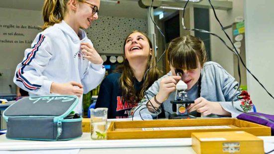 Schülerinnen am Mikroskop