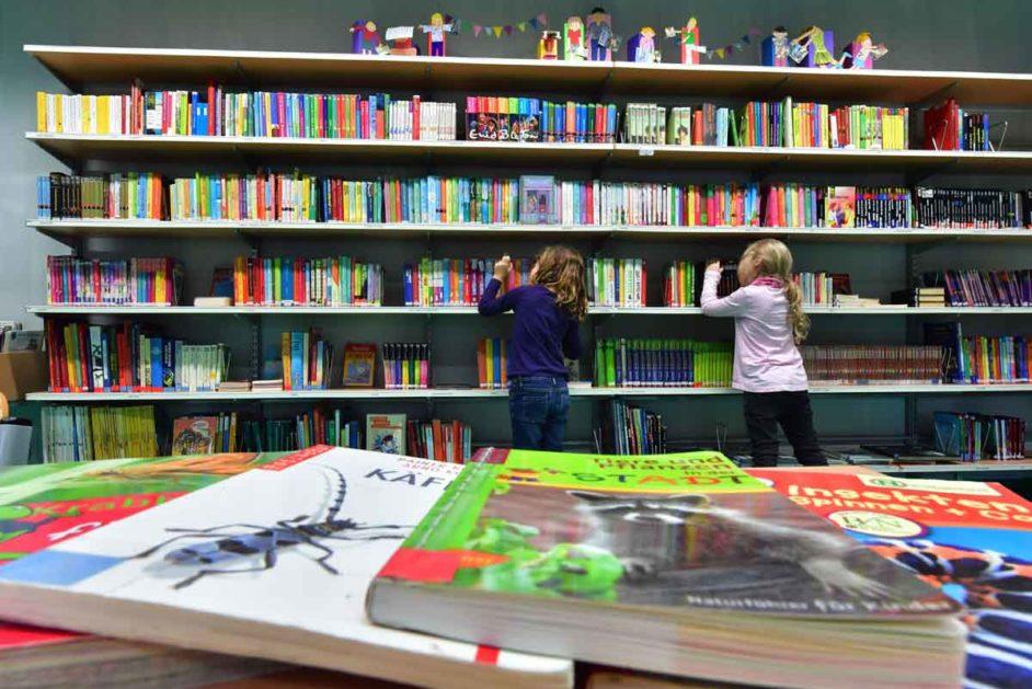 Kinder in der Bücherei