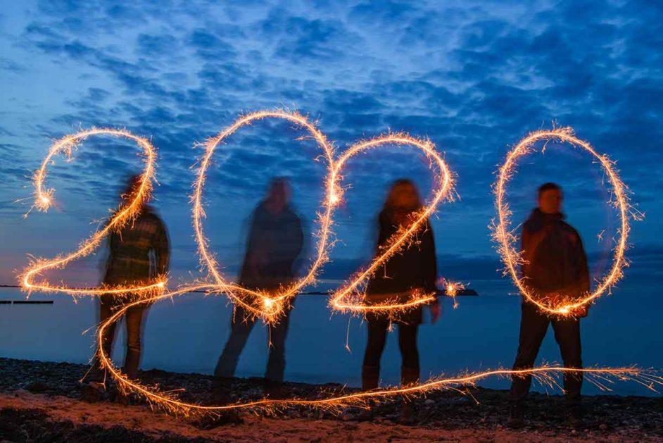 Jahreszahl 2020 aus Wunderkerzen geschrieben