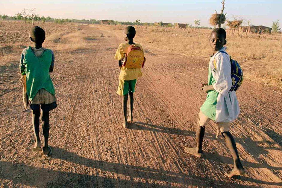 Kinder mit Rucksack in der Wüste