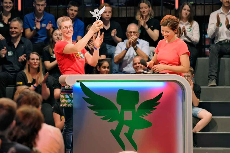 Zwei Frauen bei Preisübergabe Deutscher Schulpreis