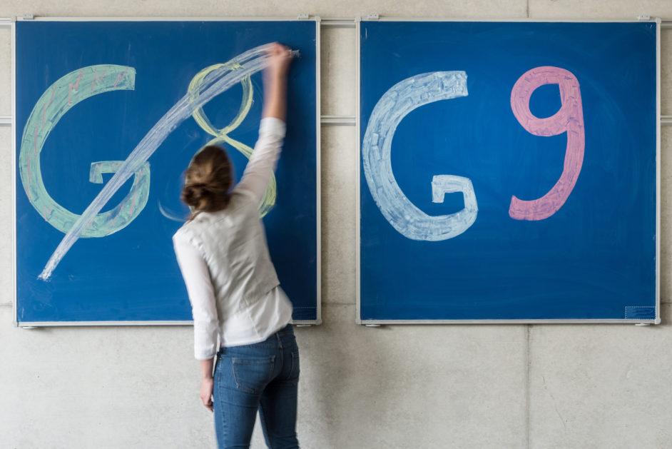 Schulreformen: Tafel mit G8 durchgestrichen und G9