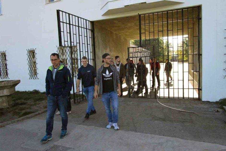 Jugendliche gehen durch das Tor der Gedenkstätte Sachsenhausen