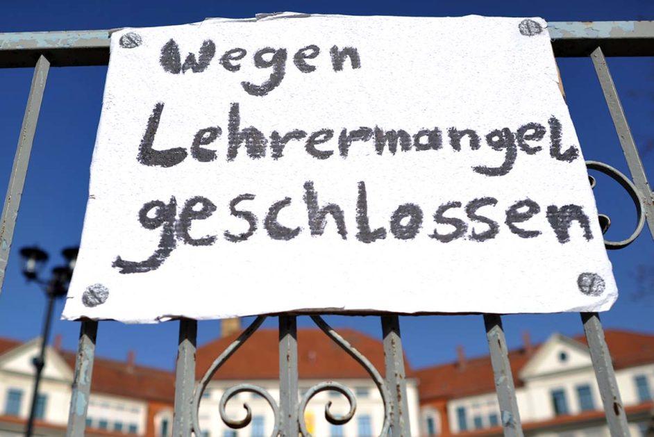 Sachsen, Leipzig: «Wegen Lehrermangel geschlossen» steht anlässlich eines Aktionstages am Tor zur Nikolaischule.