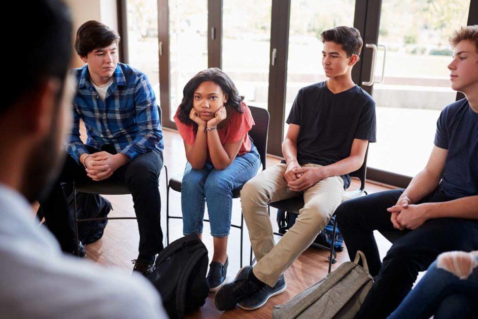 Jugendliche sitzen im Kreis