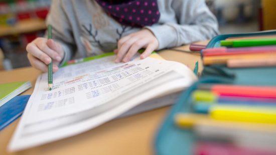ein Kind arbeitet im Mathematikunterricht an einem Arbeitsblatt