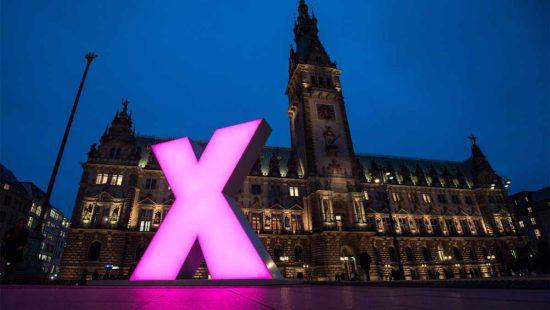 Kreuz als Kunsterk auf dem Rathausmarkt Hamburg vor der Wahl