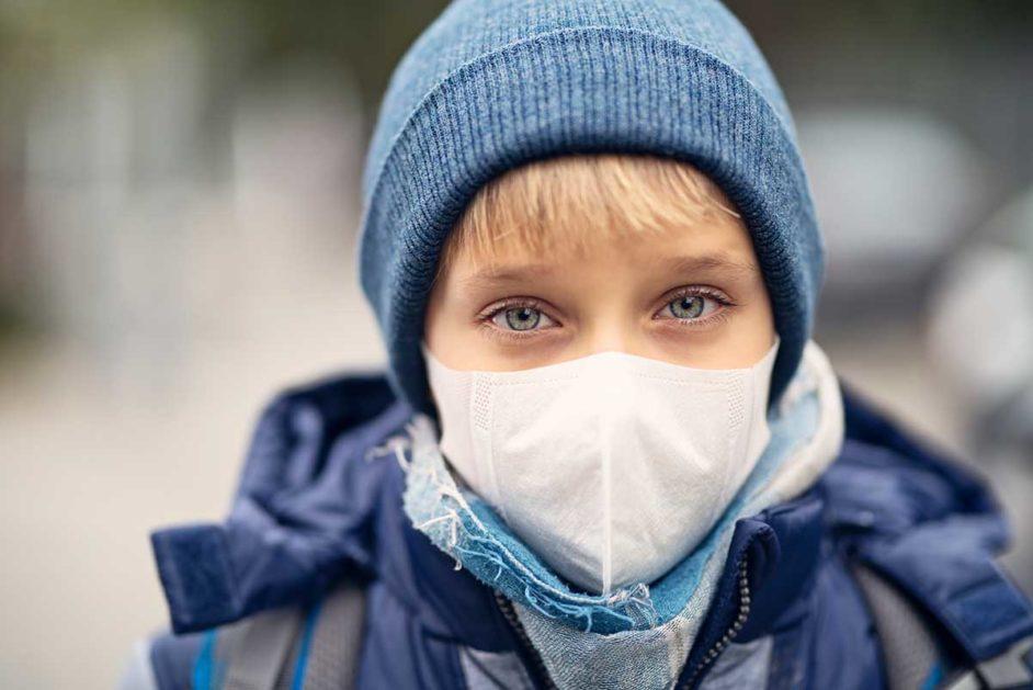 Junge mit Mundschutz aus Angst vor Coronavirus