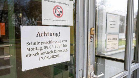 Glastür mit Aufschrift. Schule geschlossen