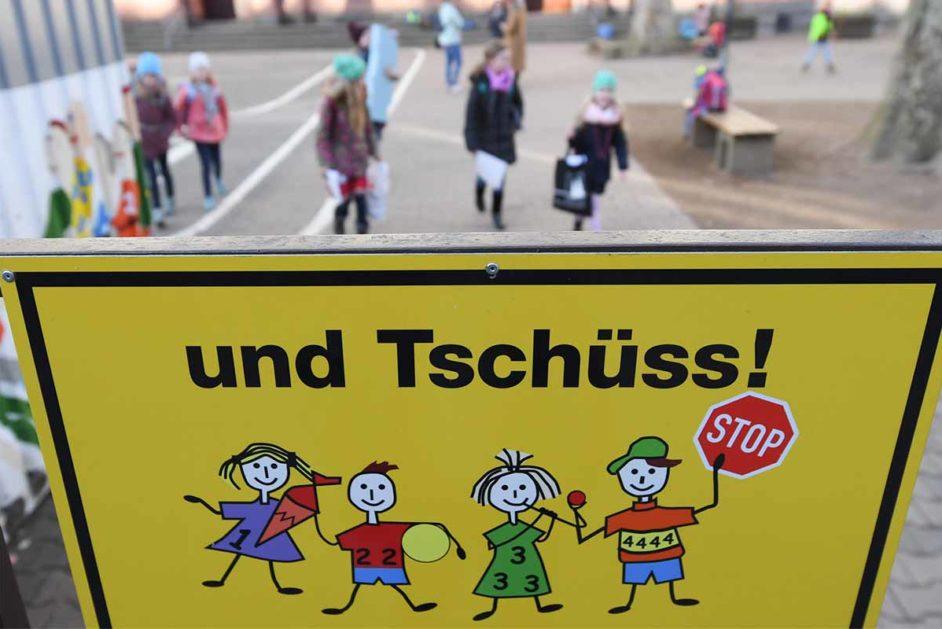 Schild mit Aufschrift Tschüss! wegen Schulschließungen