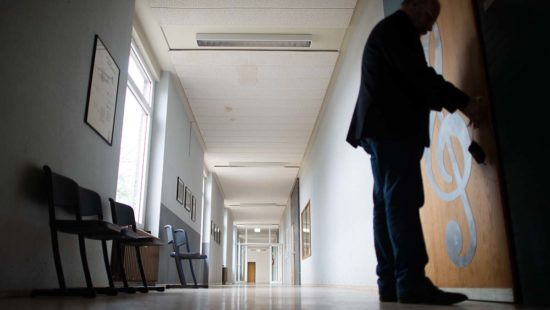 Hans Münstermann, Schulleiter des Carolus-Magnus-Gymnasium, schließt einen Klassenraum ab. Im Landkreis Heinsberg bleiben die Schulen und Kindergärten für eine weitere Woche, perspektivisch sogar bis zu den Osterferien, geschlossen.