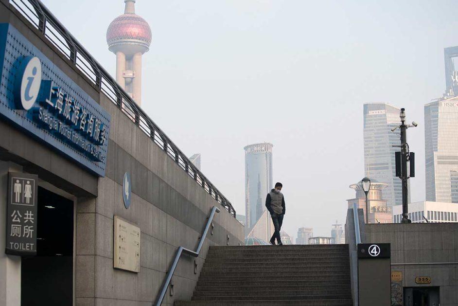 Treppe mit einem Menschen vor Silhouette von Shanghai
