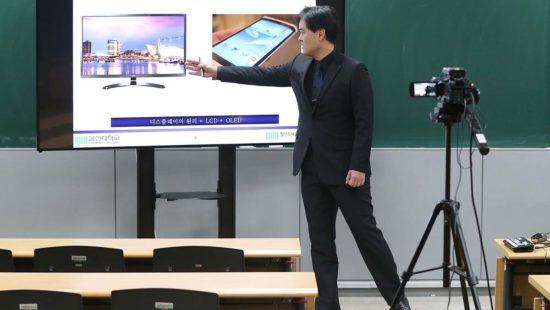 Südkorea, Ulsan: Jeon Eun-chae, Professor an der Universität von Ulsan, bereitet seine Vorlesung vor, die aus Schutz gegen die Verbreitung des Coronavirus online stattfindet.